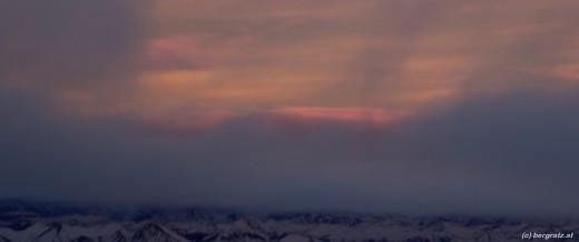 Lila Wolken nach Sonnenuntergang